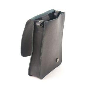 Δερμάτινη Ανδρική Τσάντα Ώμου, χρώμα μαύρο, Κούρος Model 724 με Καπάκι.